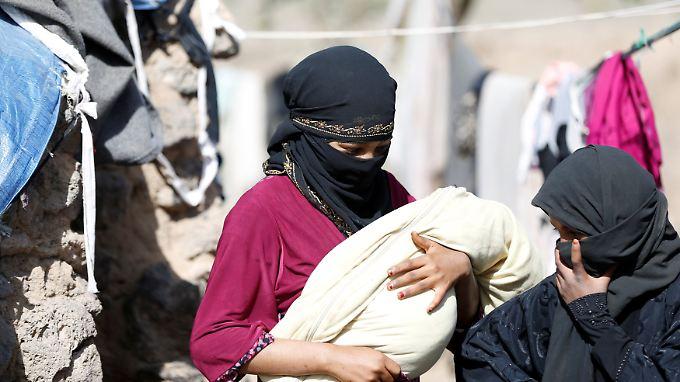 Eine junge Frau mit ihrem Neugeborenen in einem Flüchtlingslager bei Sanaa. Wenn Mütter krank werden, kann das für ihre Babys Lebensgefahr bedeuten.