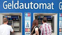 Kunden am Geldautomat