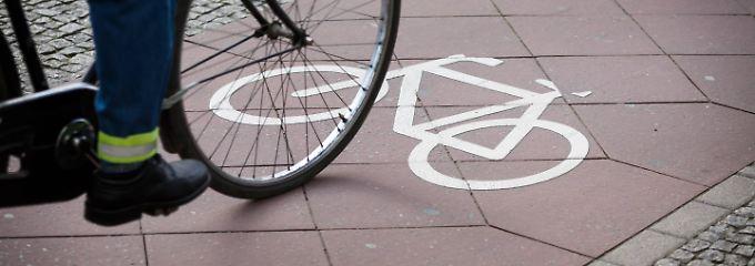 Fahrradfahrer in der Innenstadt müssen ihre Fahrweise auf ein erhöhtes Fußgängeraufkommen einrichten.