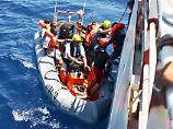 Teams von Sea Watch, Jugend rettet und Sea Eye retten auf dem Mittelmeer in Not geratene Flüchtlinge. Jetzt müssen sie sich schwerer Vorwürfe erwehren.