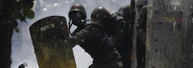 Zeichen stehen auf Bürgerkrieg: Venezolaner zerstören Chávez-Büsten