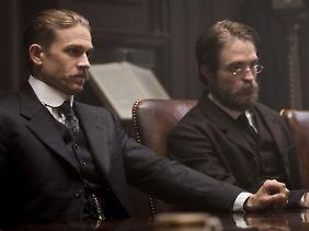 """Neben Robert Pattinson (r.) spielte Charlie Hunnam in """"Die versunkene Stadt Z"""" einen britischen Forscher des frühen 20. Jahrhunderts."""