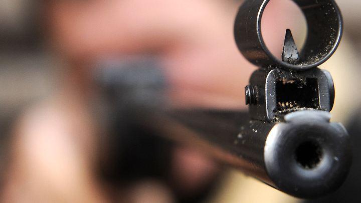 Mit einem Luftgewehr schoss ein Mann auf einen Jungen. Der 13-Jährige musste notoperiert werden.