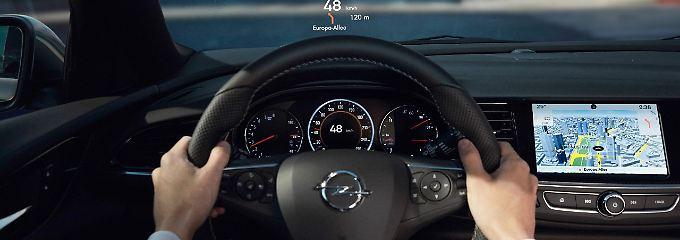 Das Head-Up-Display projiziert wichtige Informationen in den Sichtbereich des Fahrers an die Windschutzscheibe – damit der Blick auf die Straße gerichtet bleibt.