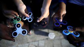 """Endlich mal nicht online: Neues Trendspielzeug """"Fidget Spinner"""" ist der Renner"""