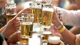"""""""Bier gehört einfach dazu"""": So viel Alkohol trinken die Deutschen"""