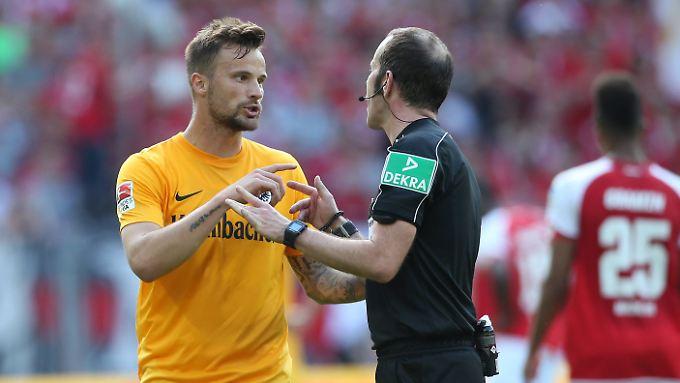 Der Dank gehört dem Schiedsrichter: Marco Fritz erkannte den Treffer von Frankfurts Haris Seferovic an - auch wenn er mit der Hand erzielt worden war.