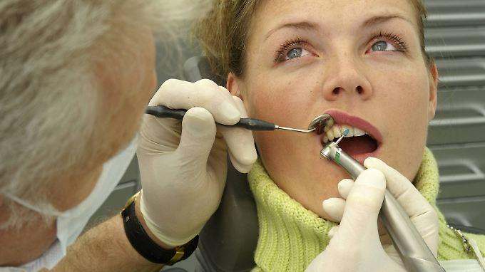 Ein bis zweimal im Jahr sollte man eine professionelle Zahnreinigung durchführen lassen. Doch längst nicht alle Kassen zahlen dafür.