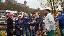 Die ehemalige Lehrerin France Bruens unterrichtet eine Gruppe von Flüchtlingen in der deutschen Sprache.