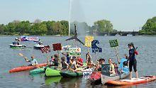 Noch ist es eher ein Protestwellchen als der geplante Tsunami: die Aktivisten auf der Binnenalster
