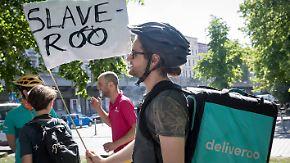 Ruf nach besseren Arbeitsbedingungen: Lieferdienst-Kuriere von Deliveroo und Foodora gehen auf die Straße