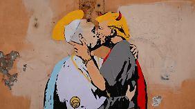 Vor einer Woche tauchte dieses Wandbild in Rom auf. Ganz so harmonisch wird das Treffen vermutlich nicht ablaufen.