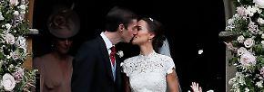 Nach der Zermonie traten die Frischvermählten gemeinsam vor die Kirche - und die Menge konnte einen ersten Blick auf einen Kuss als verheiratetes Paar werfen.