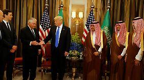 Treffen mit Kronprinz Mohammed bin Nayef (3. v.r.): Donald Trump und Rex Tillerson schütteln sich die Hände.