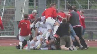 """""""Alle drehen hier durch"""": Amateurkeeper rettet Klub mit Last-Minute-Sensationstor"""