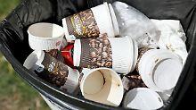 Wegwerfmentalität hält sich: Kaffeebecher lassen Müllbehälter überquellen