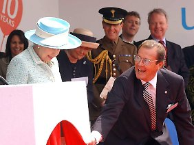 Roger Moore bringt selbst die Queen zum Lächeln - bei einer Veranstaltung 2005 half er der Königin vom Podium.