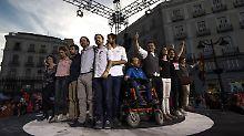 """Alberto Garzón (5.v.l.), Chef der Vereinten Linken, kämpft gegen die """"kriminelle Politik"""" von Ministerpräsident Rajoy."""