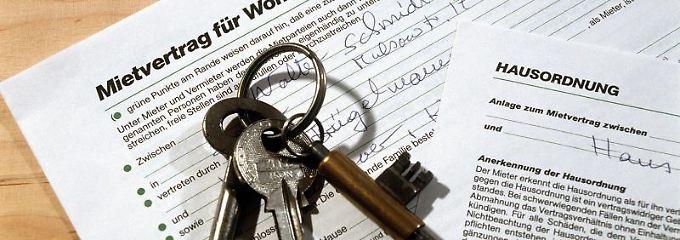 Ob der potenzielle Mieter alleine lebt, verliebt, verlobt, verheiratet oder verpartnert ist, hat den Eigentümer nicht zu interessieren.