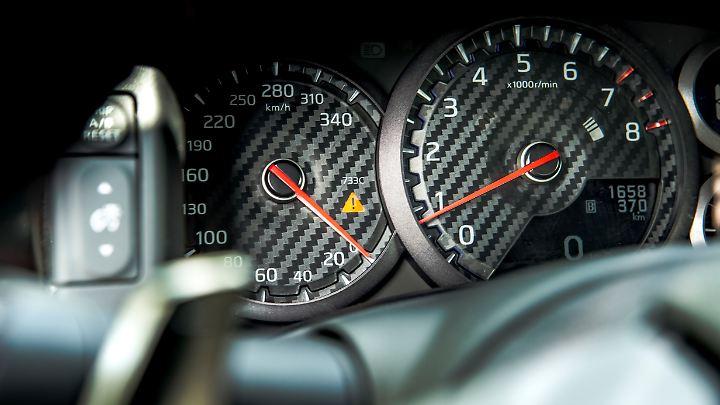 Drehzahlmesser und Tacho sind im Nissan GT-R analog und das passt auch.