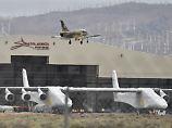 117 Meter Spannweite: Weltgrößtes Flugzeug verlässt Hangar