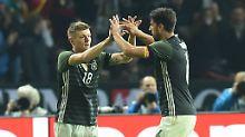 """""""Sonst spielen wir in der Nationalelf ja Seite an Seite"""": Toni Kroos und Sami Khedira."""