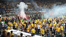 Beim Relegationsrückspiel gegen den VfL Wolfsburg stürmen Eintracht-Braunschweig-Fans nach Spielende den Platz.