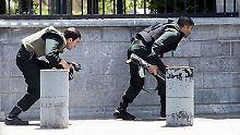 Sicherheitskräfte bringen sich vor dem Parlament in Teheran in Stellung.