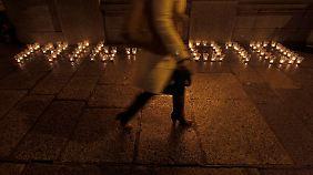 """""""1916 - 2010"""" haben Demonstranten mit Kerzen vor einem Regierungsgebäude geschrieben. 1916 fand der legendäre Osteraufstand gegen die Briten statt, ein zentraler Punkt im irischen Gedächtnis."""