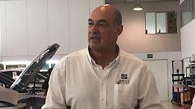 Jaime Puig, Leiter Seat Sport, erläutert die Arbeitsweise in Martorell.