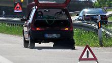 Wenige Regeln verhindern Unfälle: So verhält man sich bei einer Autopanne