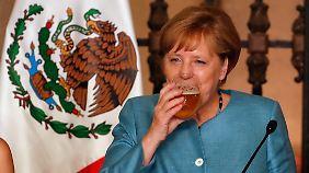"""Auch Bundeskanzlerin Merkel hat nichts gegen ein """"kühles Blondes"""", hier 2017 beim Besuch in Mexiko. Das """"Duale""""-Bier wurde von mexikanischen und deutschen Brauern gemeinsam zum Deutschlandjahr in Mexiko gebraut."""