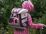 Der Tag: Eltern bringen Kind am Feiertag zur Schule