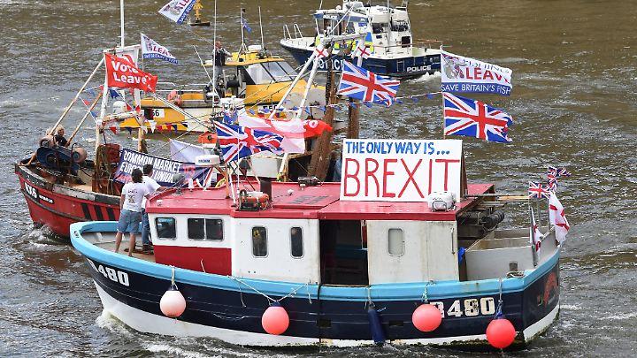 Brexit-Hardliner vor einem Jahr auf der Themse. Ein Jahr später ist die Londoner Regierung trotz Wahlschlappe immer noch  auf hartem Brexit-Kurs.