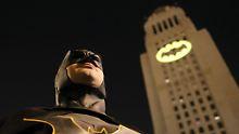 """Darsteller starb mit 88 Jahren: Los Angeles ehrt West mit """"Bat-Signal"""""""