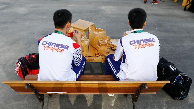 Athleten essen bei den Olympischen Spielen 2016 in Rio McDonald's-Produkte.