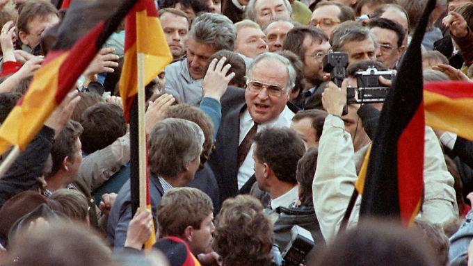 Kohl bei einem Wahlkampfauftritt 1990 in Erfurt. Er habe das Selbstwertgefühl der Ostdeutschen nicht schädigen wollen, erklärte er später.
