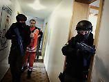 Spezialkräfte der bayerischen Polizei (hier bei einer Übung) nehmen den Mann in seiner Wohnung fest.
