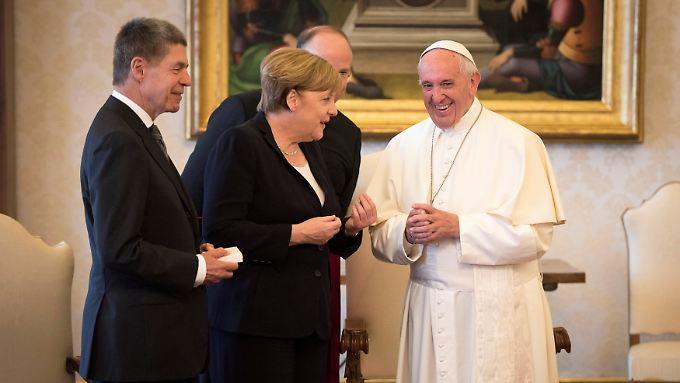 Angela Merkel (M.) und ihr Mann Joachim Sauer (l.) trafen Papst Franziskus im Vatikan.