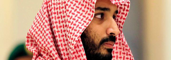 """Bin Salman ist aber auch federführend bei dem wohl ambitioniertesten Wirtschaftsumbau der Gegenwart: Durch das Billionen-Projekt """"Vision 2030"""" soll die Wirtschaft des Landes unabhängig vom Öl werden. Im Zuge dessen steht der 31-Jährige auch für eine vorsichtige Öffnung der ultrakonservativen saudi-arabischen Gesellschaft."""