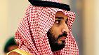 """Bin Salman ist aber auch federführend bei dem wohl ambitioniertesten Wirtschaftsumbau der Gegenwart: Durch das Billionen-Projekt """"Vision 2030"""" soll die Wirtschaft des Landes unabhängig vom Öl werden. Im Zuge dessen steht er auch für eine vorsichtige Öffnung der ultrakonservativen saudi-arabischen Gesellschaft."""