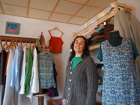 Handweberin Martina Busch in ihrem Laden in Lychen: Sie ging für einige Jahre nach Aachen, kehrte aber in die Uckermark zurück.