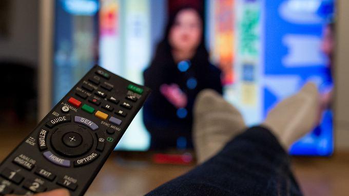 Wer ein richtig gutes Fernsehbild haben möchte, muss die Fernbedienung in die Hand nehmen.