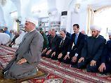 Baschar al-Assad beim Gebet in Hama.