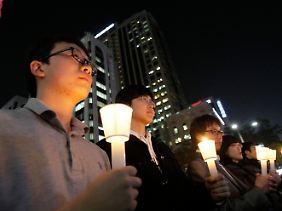 Schweigeminuten in Seoul für die auf Yeonpyeong getöteten Südkoreaner.