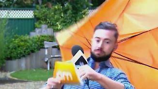 Kaum zu glauben, aber wahr: Sturmböe reißt Wetterreporter fast von den Beinen