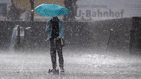 """Gewitter, Starkregen, Sturmböen, Hagel: Tief """"Rasmund"""" zieht mit Unwetterfront über den Osten"""