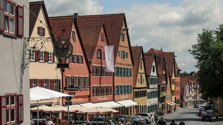 Als Kreuzung zweier wichtiger Handelsstraßen wurde Dinkelsbühl im Mittelalter reich. Schon 928 wurde der Ort das erste Mal erwähnt.