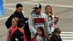 Luis Suárez und seine Familie landen auf dem Flughafen von Rosario.