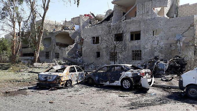 Die syrische Nachrichtenagentur Sana veröffentlichte Fotos von ausgebrannten Autos.